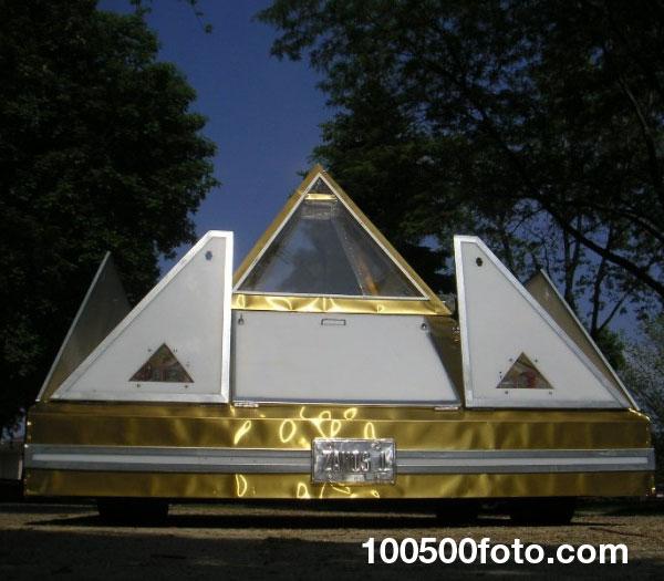 Автомобиль мечты в форме пирамиды