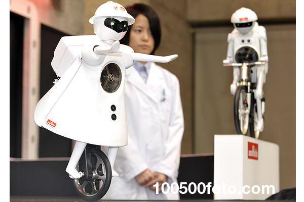Робот, умеющий ездить на велосипеде Murataseiko-chan