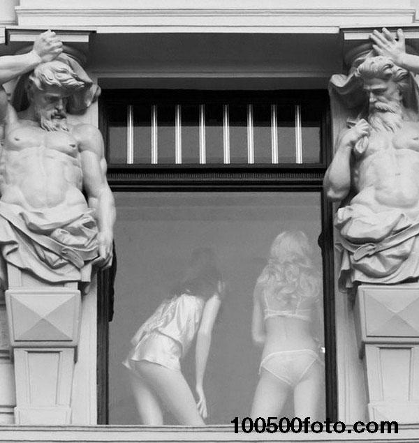 А вот некоторые статую очень даже неплохо проводят время.