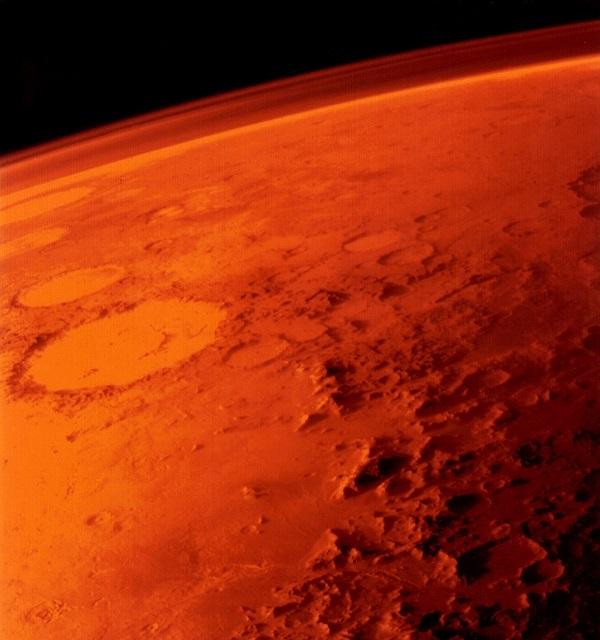 Марс кажется красной планетой