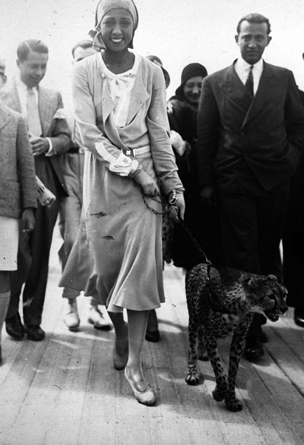 Танцовщица, певица и актриса Жозефина Бейкер со своим гепардом Чикитой