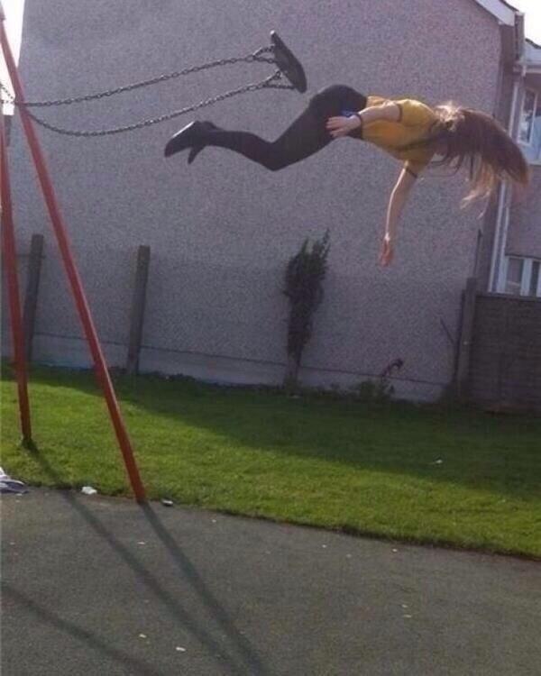 Фотоснимок сделан до того, как девушка осознала, что прыгать с качели все-таки не стоило