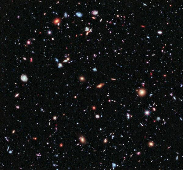 Детальный снимок небольшого участка в космосе в созвездии Печь в центре Hubble Ultra Deep Field