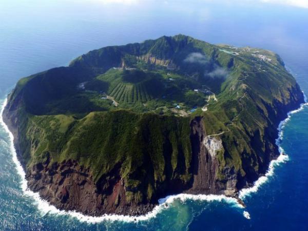 Остров-вулкан Аогашима (Япония) На острове с действующим вулканом есть деревня, где живет приблизительно 200 человек. Каждый день для них рискованный, поскольку лава может начать извергаться буквально в любой момент.