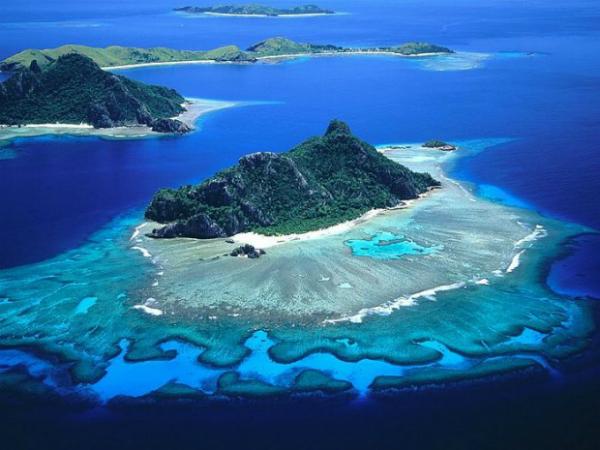Острова Маманука (Фиджи) Это миниатюрный архипелаг из 13 маленьких островов. Мелкие рифы, лагуны и нужные ветры создают здесь настоящий рай для дайверов, яхтсменов и серфингистов.