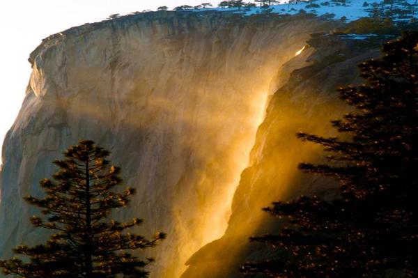 Водопад Лошадиный хвост, Йосемитский национальный парк (США) Скала Ель-Капитан таит особенный секрет. На протяжении всего нескольких дней в феврале тут можно увидеть необычное явление: как отражаются лучи заходящего солнца в брызгах скрытого «огненного» водопада.