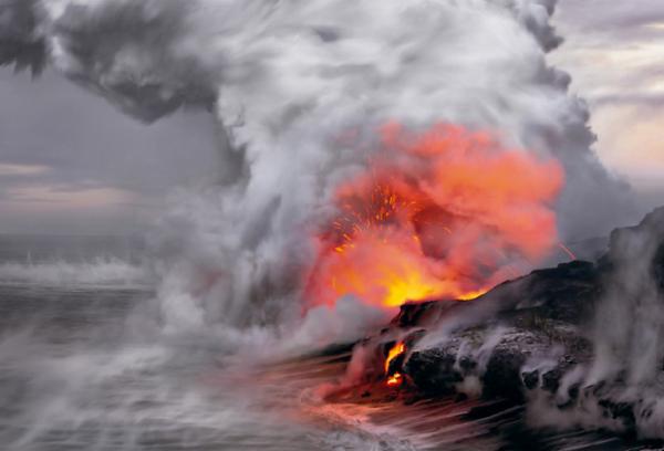 Большой остров Гавайи (США) Остров образовался из 5 вулканов и все еще формируется и растет: в течение последних 20 лет его площадь увеличилась на 2 км² за счет извержений и застывания лавы.