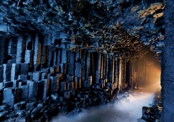 Фингалова пещера (Шотландия) Базальтовая пещера, вымытая морской водой. Состоит из шестигранных колонн около 20 м высотой, которые создают свод, похожий на собор. Ее еще называют «пещерой мелодий», ведь благодаря купольному своду тут создается уникальная акустика звуков прибоя.