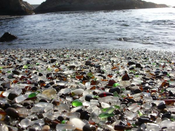 Стеклянный пляж в Калифорнии (США) В середине прошлого века это место на побережье было попросту свалкой, куда сбрасывали бутовую технику, машины и весь мусор. В 1967 свалка была закрыта и расчищена. А остаточные мелкие стекляшки отполировались волнами и стали достопримечательностью теперь уже настоящего пляжа.