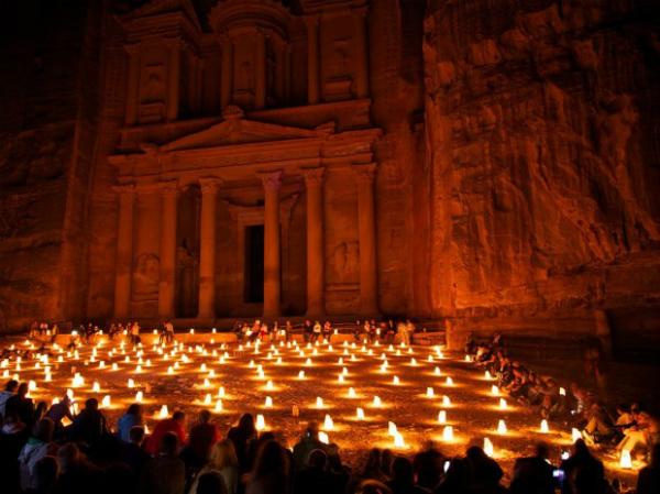 Древний город Петра (Иордания) Жемчужина города – это огромный храм, который вырублен прямо в скале. Слово «Петра» как раз и переводится «скала», ведь весь город целиком построен из камня среди пустыни и является самым удивительным искусственным древним оазисом.