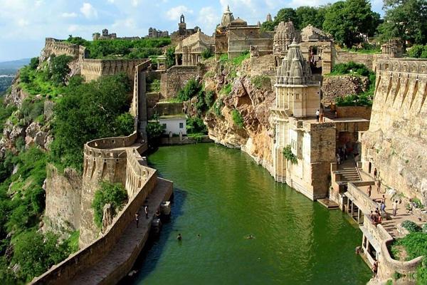 Форт Читторгарх (Индия) Крупнейший форт страны, который был построен еще в 13 веке. Крепостные стены простираются на 13 км и огибают несколько дворцовых комплексов, храмов, строений и памятников