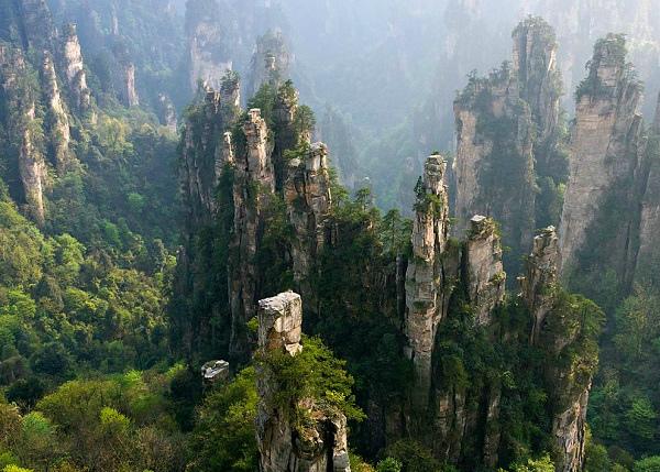 Фотография пики древних скал (Китай)