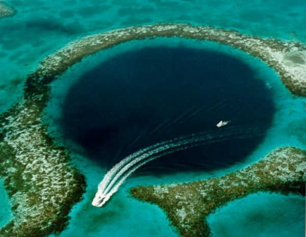 Большая голубая дыра (Карибское побережье, Белиз) Круглая подводная карстовая воронка с глубиной 120 м. Включена в перечень 10 наилучших мест дайвинга. Голубая дыра может похвастаться подводными сталактитами, красивыми рельефами, а также редкими видами рыб.