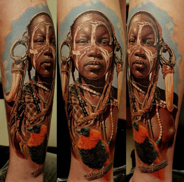 Цветное тату экзотической африканки