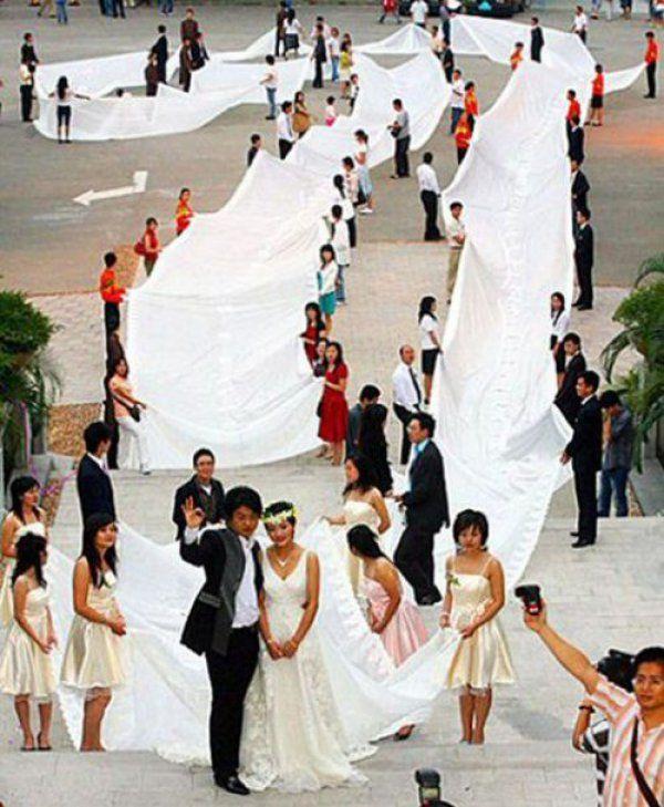 Невеста в очень длинном платье
