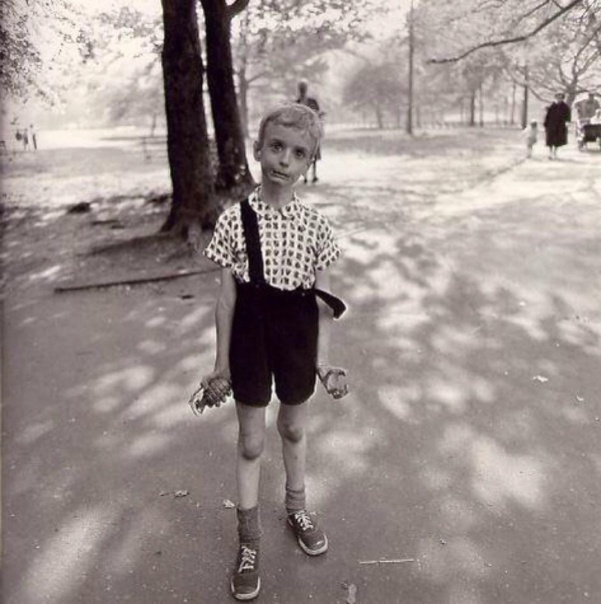 Мальчик с гранатой