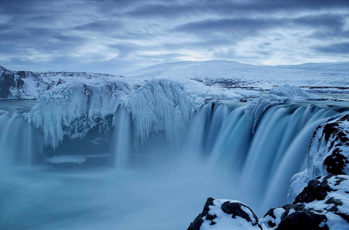 zamerzshiy-vodopad-v-Islandii