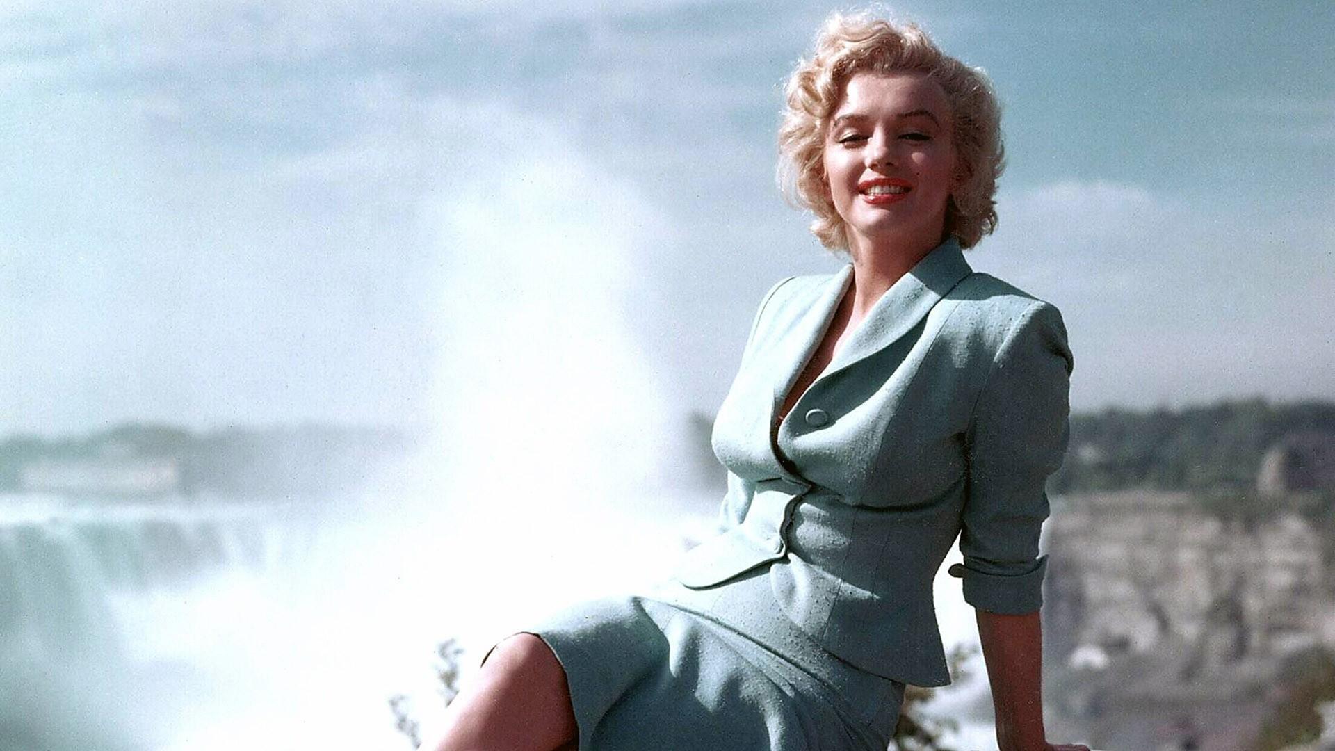 _Marilyn_Monroe_in_a_blue_suit_054923_