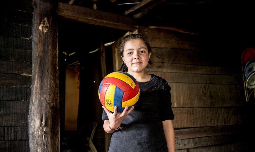 Колумбияочка в Колумбии играет в мяч