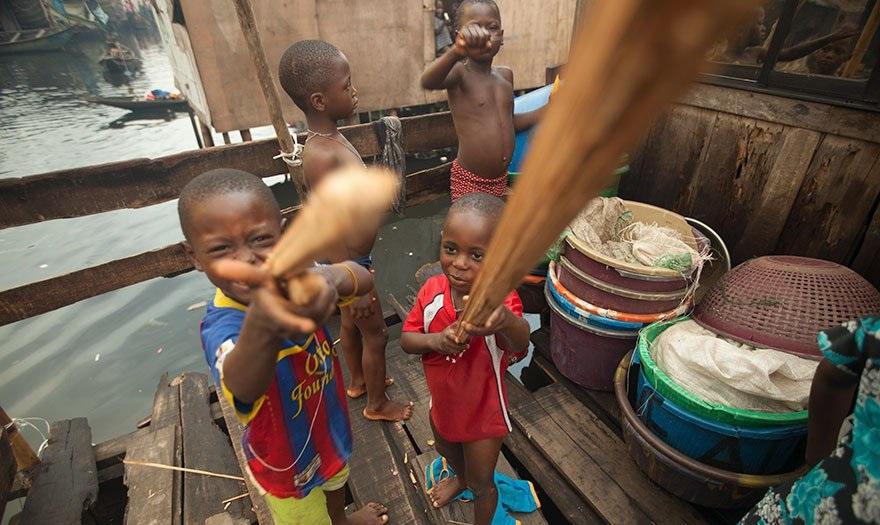 Нигерийские ребята играют битами