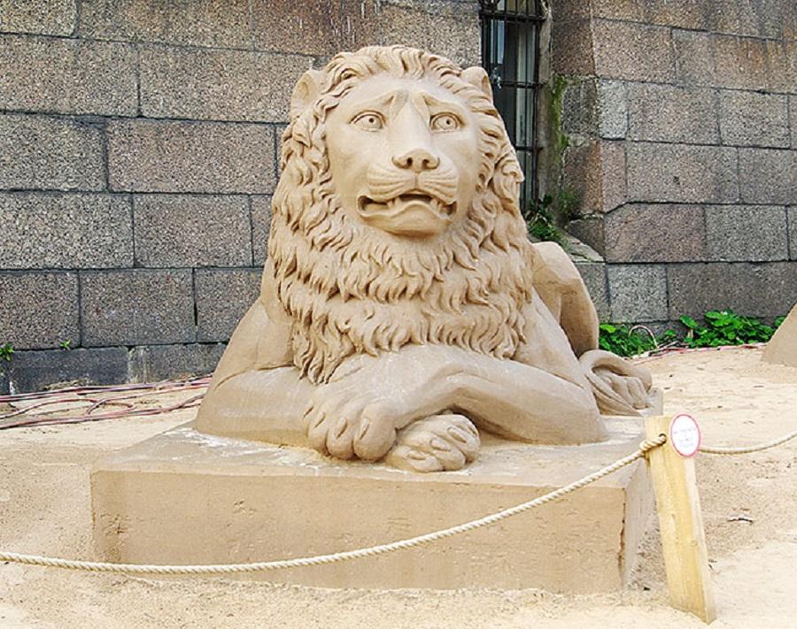 Царь зверей создан из песка