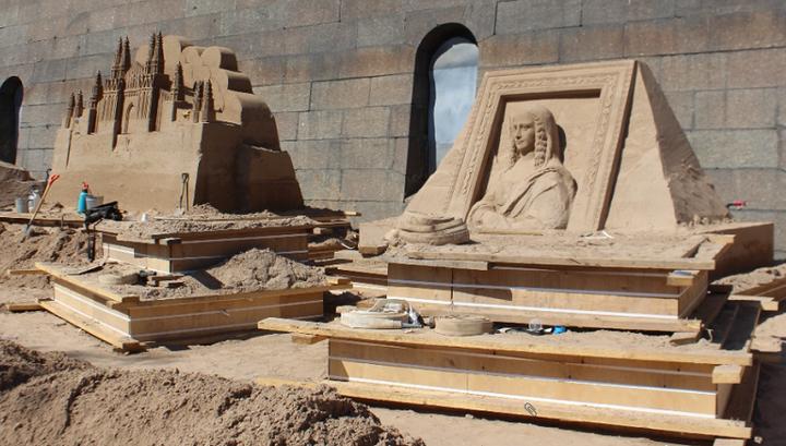 На выставке присутствует египетская тематика