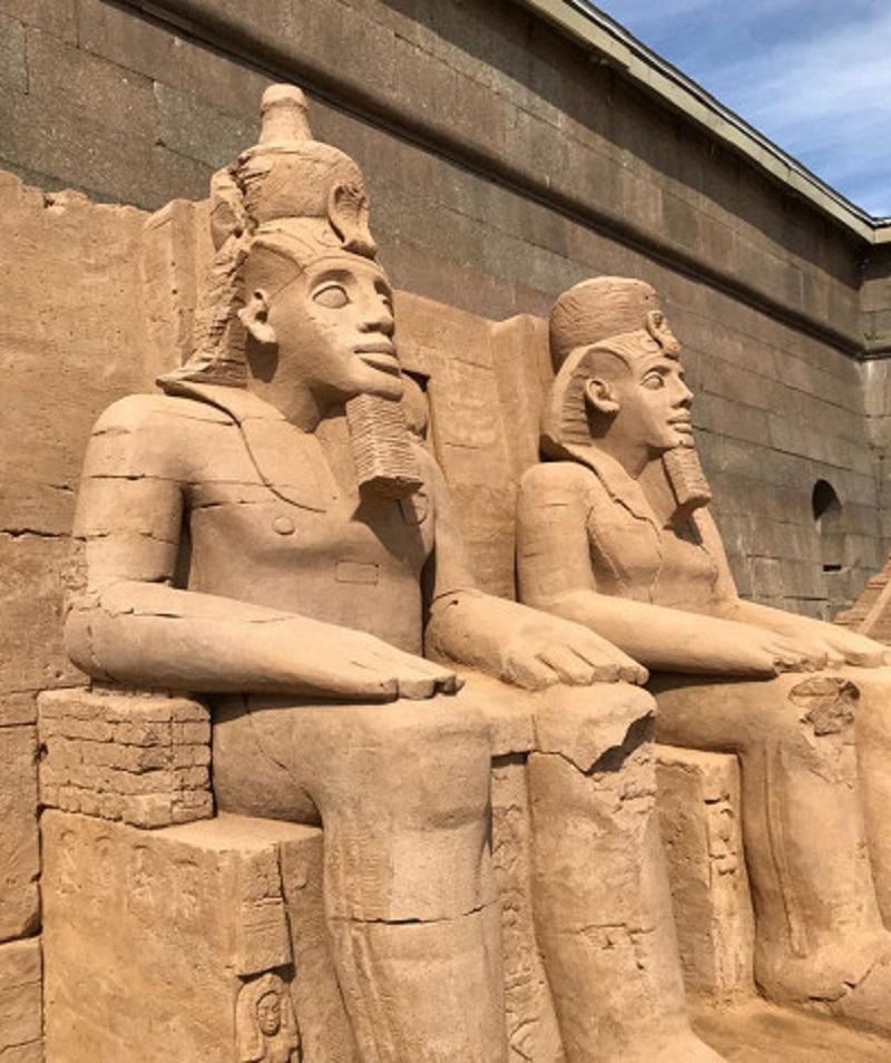 На троне восседают египетские фараоны