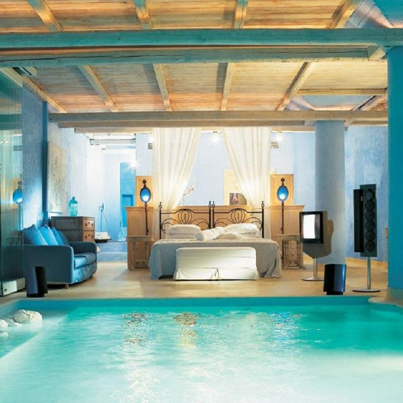 Спальня возле бассейна