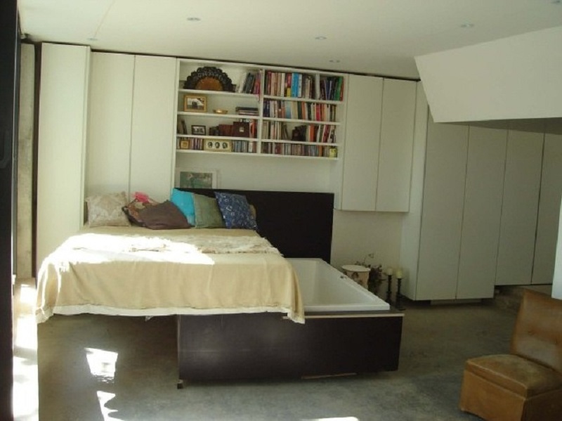 Кровать над ванной