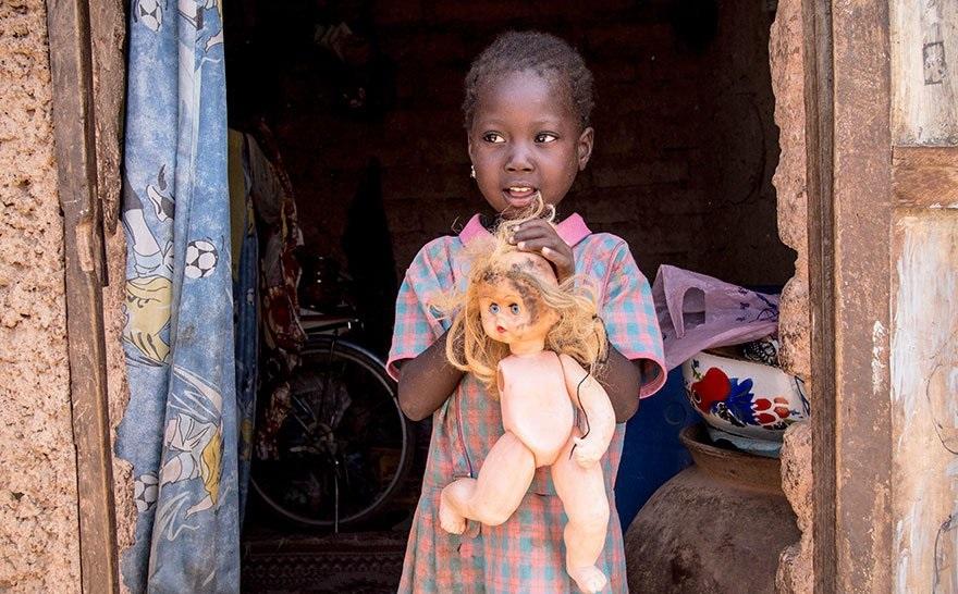 Девочки в Зимбабве играют поломанными куклами