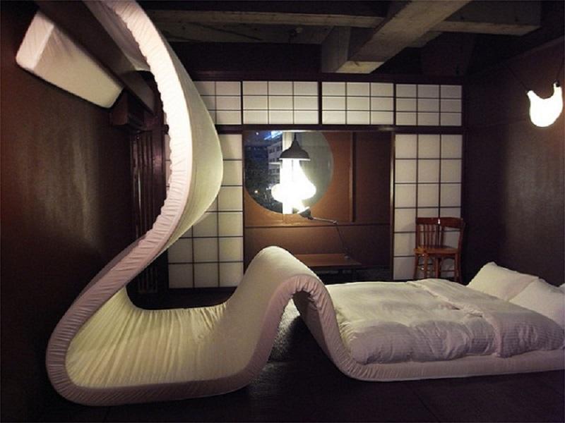 Спальня с длинным матрасом