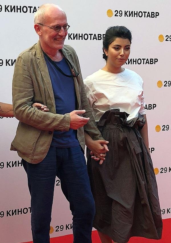 Супруга Александра Гордона Ноза пришла на закрытие фестиваля в чёрно-белом платье в пол