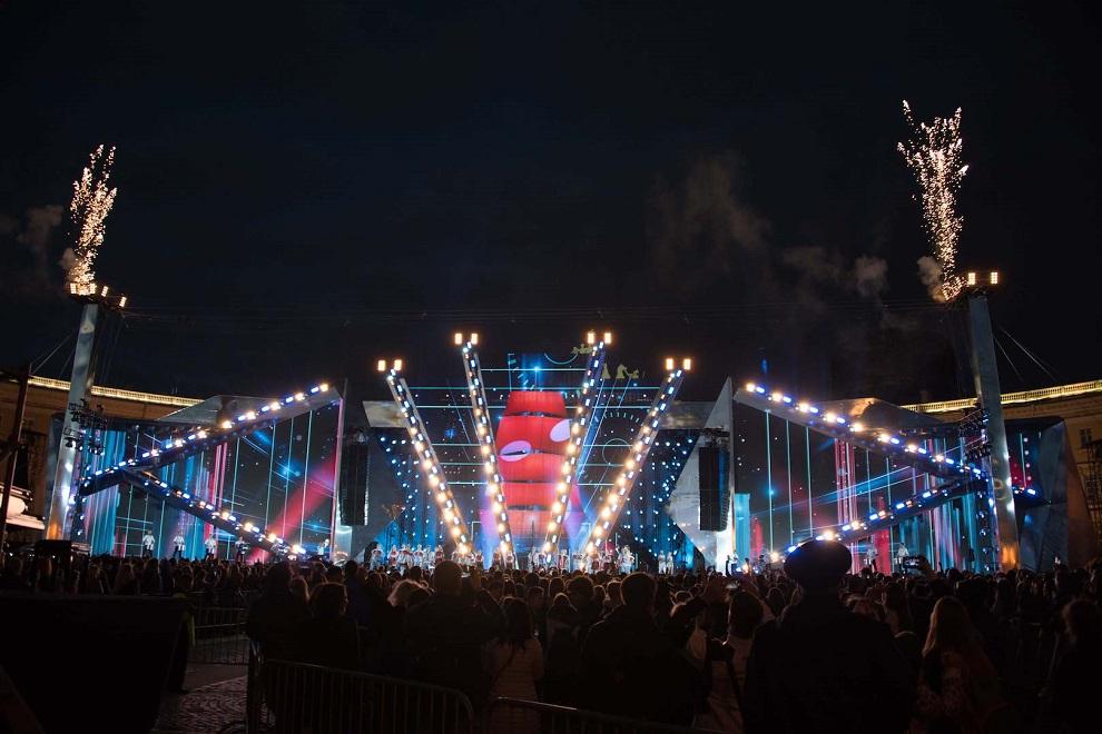 Во время фестиваля выступают звёзды шоу-бизнеса