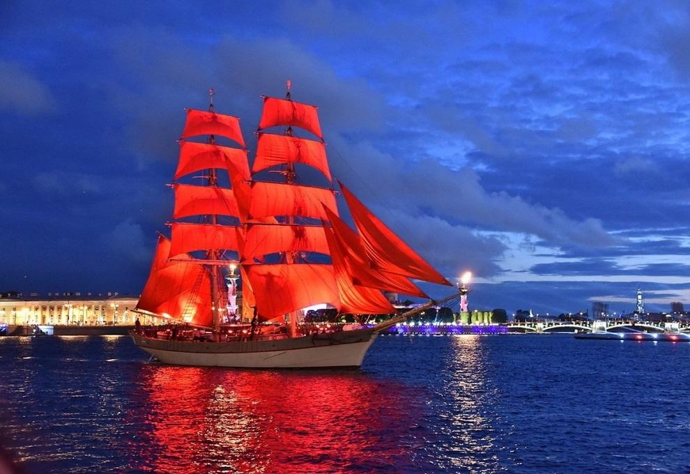 около часа ночи выпускники видят судно с алыми парусами на Неве