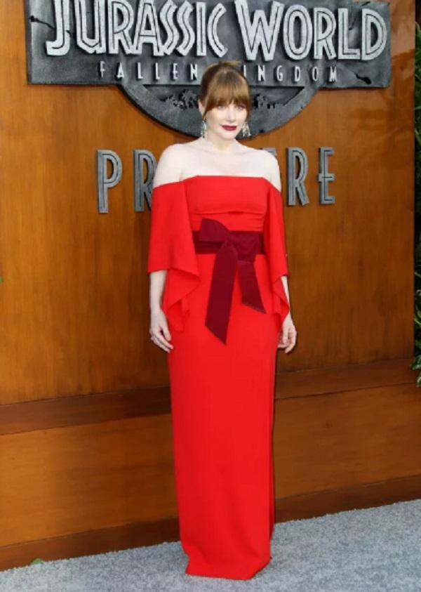 Брайс Даллас Ховард в красном платье на красной дорожке