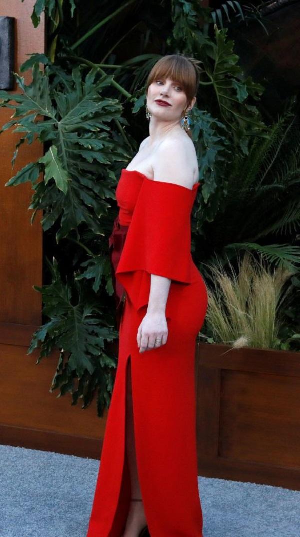 Брайс Даллас Ховард пришла в платье с оголёнными плечами
