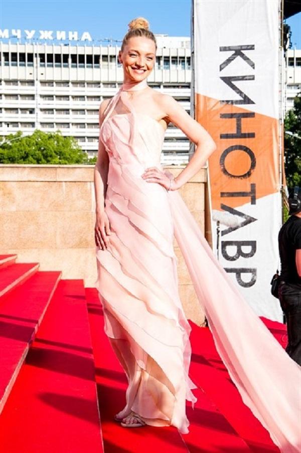 Екатерина Вилкова выбрала платье со шлейфом