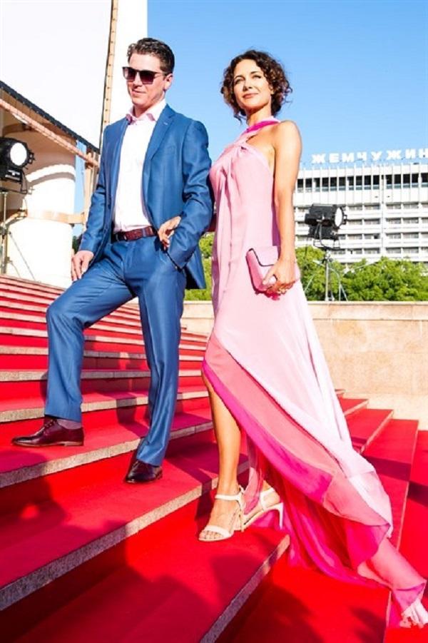 Лёгкая и летящая, будто фея, в нежно-розовом платье Екатерина Климова с Гелой Масхи