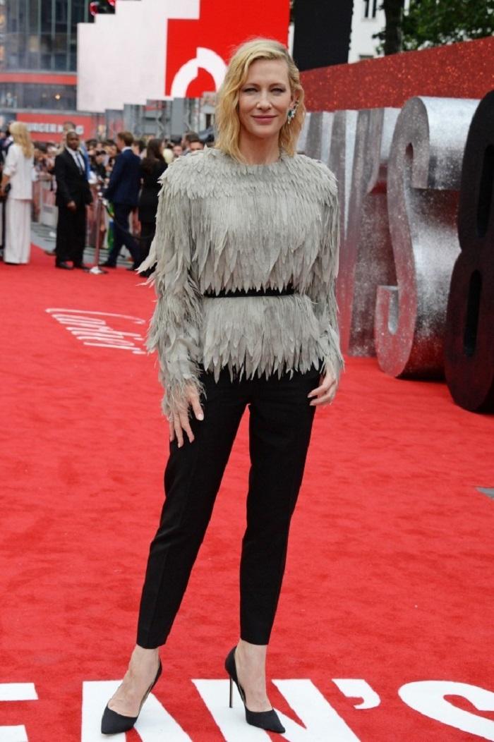 Кейт Бланшетт отдала предпочтение серому топу с перьями Louis Vuitton