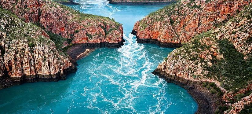 Потрясающе красивое море в объективе фотокамеры
