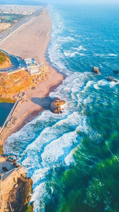 Красивое зрелище - когда волны разбиваются о берег