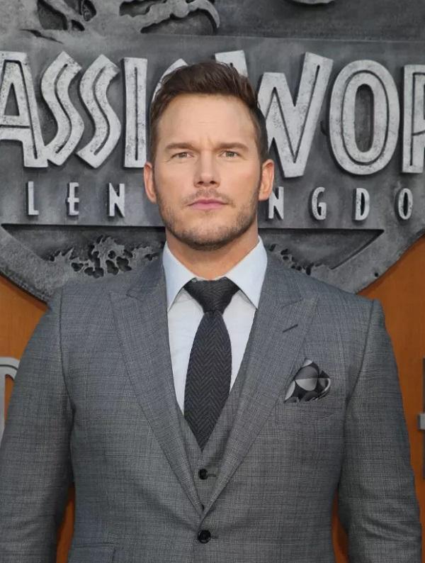 Крис Прэтт выбрала для премьеры серый костюм-двойку