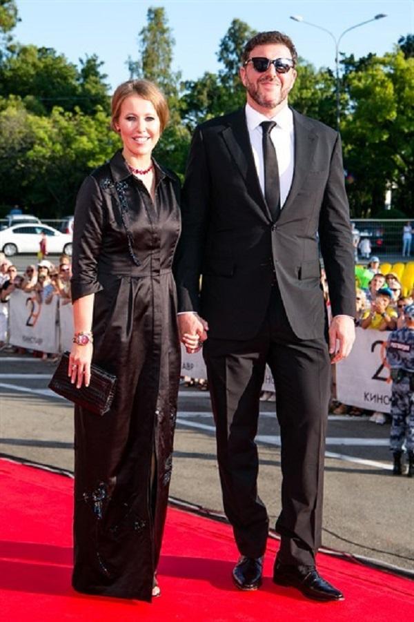 Сдержанная и элегантная в выборе платья вышла на красную дорожку Ксения Собчак с супругом