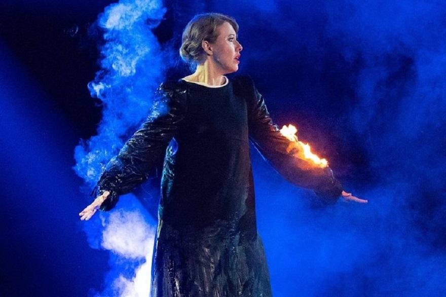Ксения Собчак во время выступления начала гореть