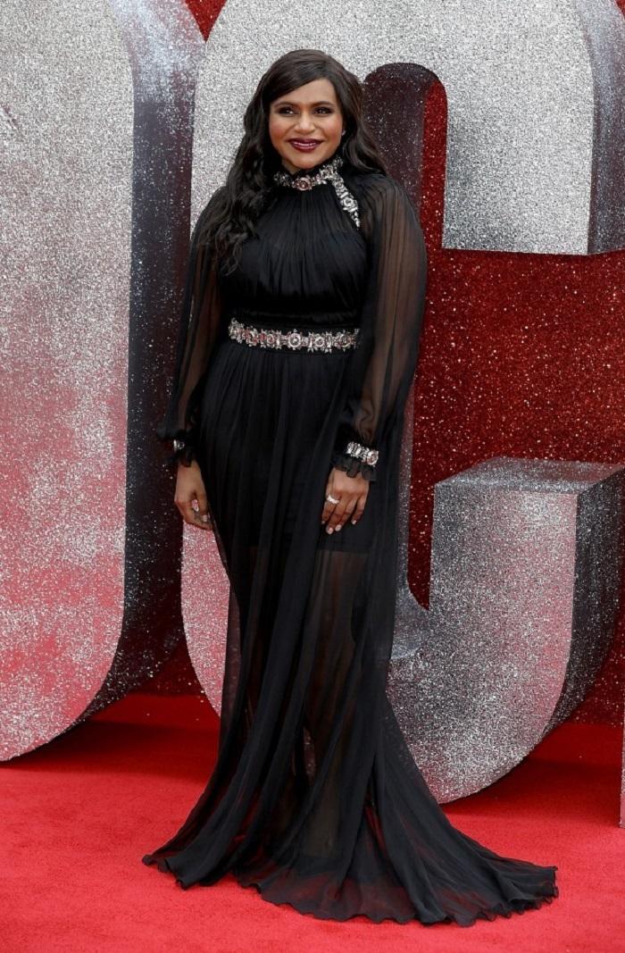 Минди Калинг пришла на премьеру в длинном чёрном платье в пол, которое отлично подходило к фигуре актрисы