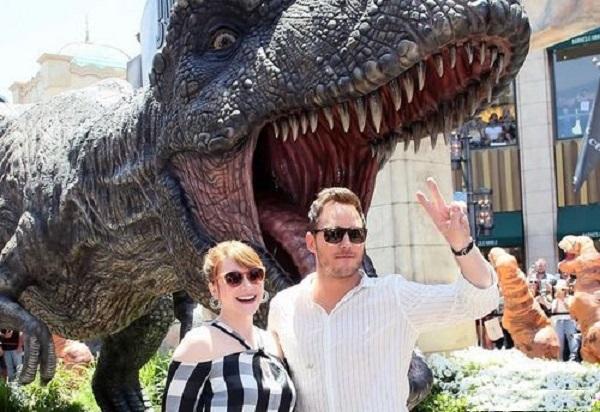 Актёры Мир Брского периода пришли на открытие гигантской фигуры тиранозавра