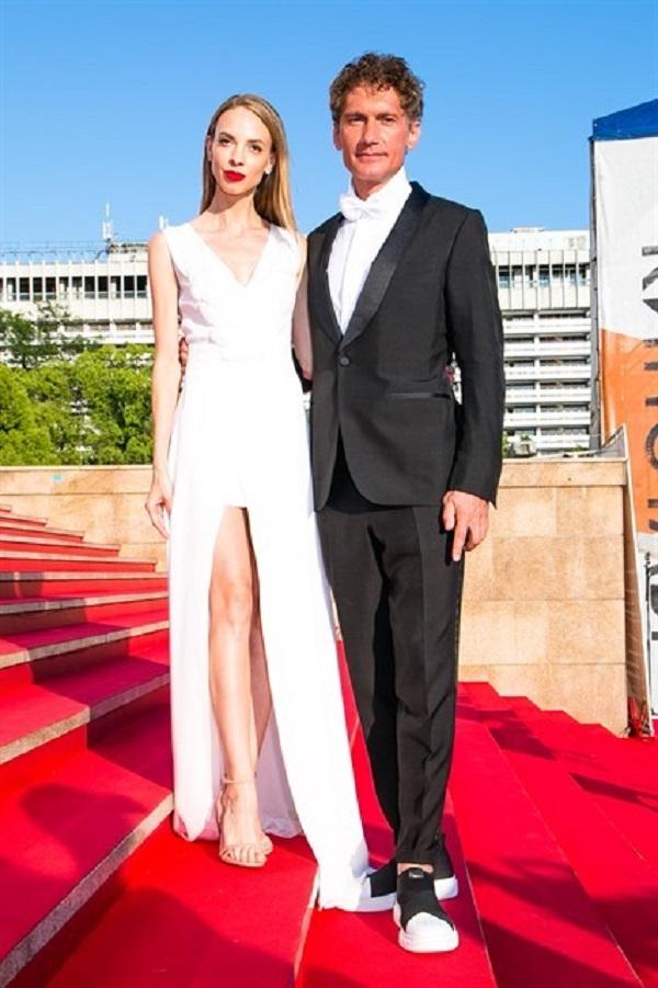 Надежда Сысоева пришла под руку с Ильёй Бичуриным в платье с огромным вырезом