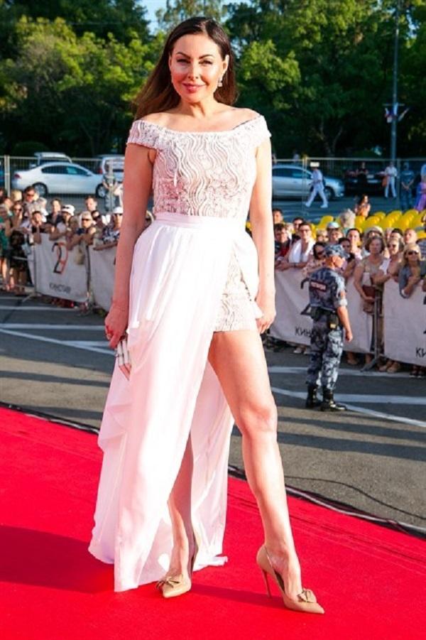 Наталья Бочкарёва совместила в наряде короткое и длинное