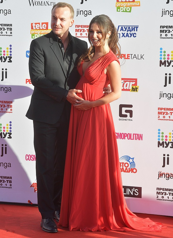 Беременная Нюша пришла с мужем