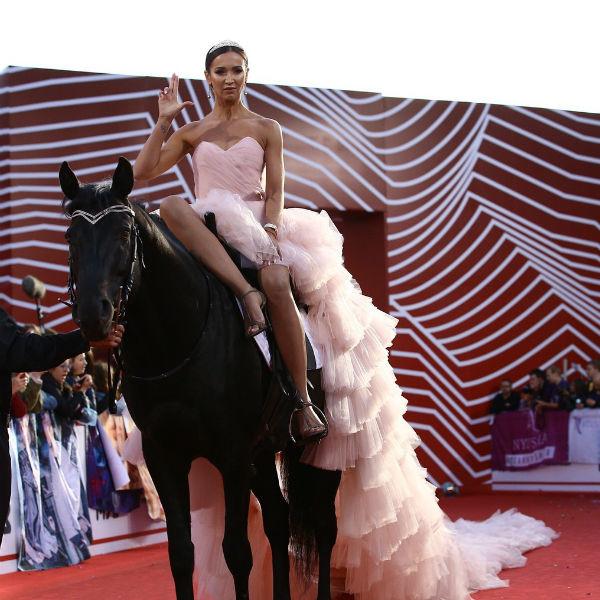 Бузова приехала на коне